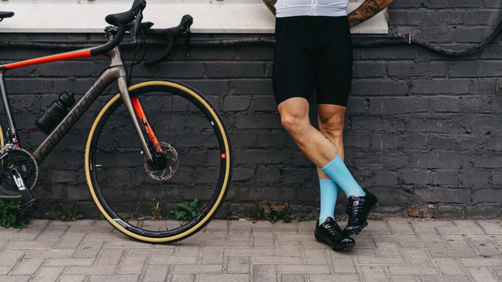 hellblaue Fahrradsocken